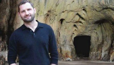 HISTORIA/ Njihuni me miliarderin që braktisi gjithçka për të jetuar në shpellë