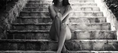 """Modelja e njohur """"çmend"""" rrjetin me fotot nudo, joshëse dhe tërësisht lakuriq në shkallë"""
