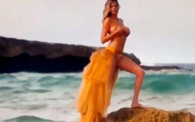 Po pozonte në breg të detit, dallgët e zbulojnë nudo modelen e famshme