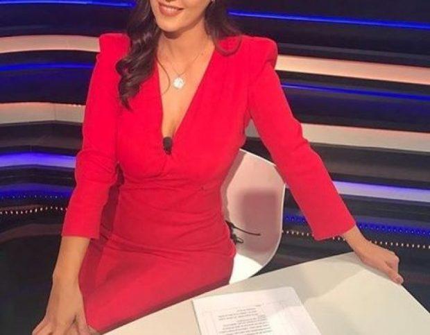 Hiqe, hiqe', kush donte që moderatorja shqiptare të zhvishej në stadium? (FOTO)