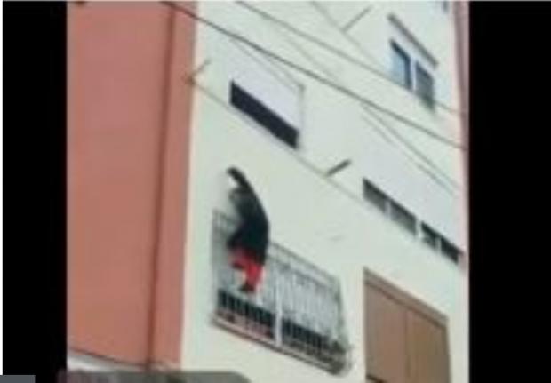 E dhunon i biri, nëna e moshuar rrezikon jetën duke u varur nga ballkoni (VIDEO)