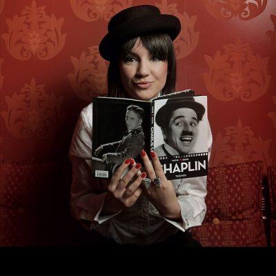 Flet këngëtarja shqiptare: Me bashkëshortin jam zënë keq sepse…