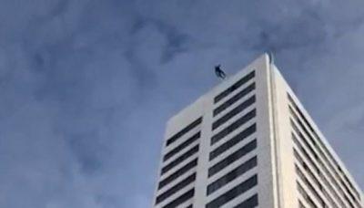 Pamjet tronditëse: Hidhet nga 246 metra lartësi, por parashuta nuk arrin të hapet dhe… (FOTO)