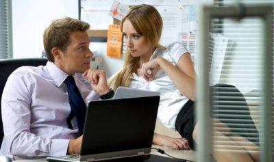 Nëse partneri juaj bën këto 7 gjëra, po flirton me kolegen e punës. Kujdes!