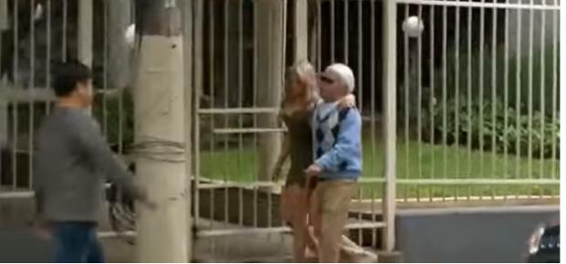 80-vjeçari pasanik i fut duart në rrugë super bjondes, reagimet e njerëzve kur i shohin janë të pabesueshme