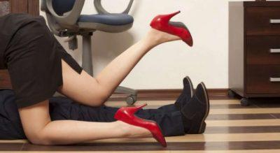 Punonjësit e kompanisë kapen duke bërë seks në zyrë, pamjet pushtojnë rrjetin