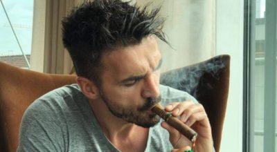 Po ju e keni vënë re këtë detaj? I fiksuar pas puros, por ka edhe diçka tjetër që Blerim Destani nuk e lëshon nga dora (FOTO)