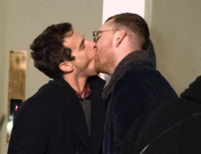Puthje të nxehta me të dashurin në publik, këngëtari thyen zemrat e femrave (FOTO)