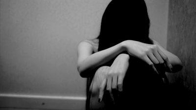 Rrëfimi tronditës i 18-vjeçares shqiptare: Prindërit më mbajnë të mbyllur në shtëpi sepse…