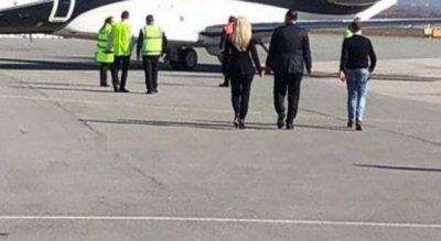 10 vjetori i Pavarsisë së Kosovës/ Rita Ora mbërrin në aeroport. Gati për koncertin e madh (FOTO)