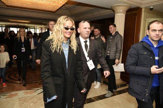 """VIDEO/ Në Kosovë për të festuar, Rita Ora merr propozimin """"bombë"""": A do të martohesh me mua?"""