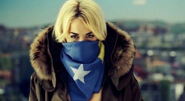 Rita Ora bëhet gati për koncertin e madh në Prishtinë, i gjithë stafi feston shqip (VIDEO)