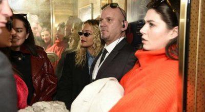Rita Ora mbërrin në Prishtinë. Ja si e presin këngëtaren (FOTO)