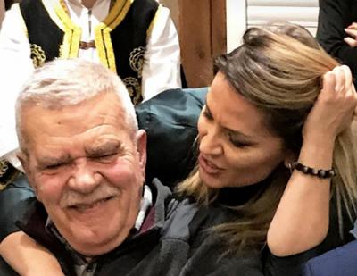 Këngëtarja shqiptare fjalë zemre për Robert Ndrenikën: Për të do të mbetem e vogla e…
