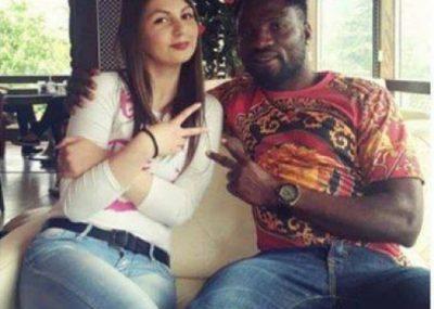 U martua me një njeri me ngjyrë, shqiptarët shajnë dhe kërcënojnë bashkatdhetaren