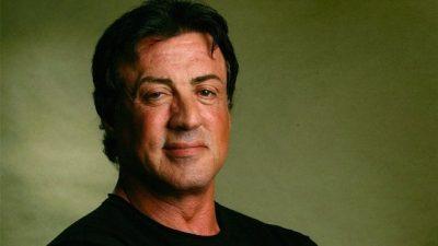 Këngëtari shqiptar i pikëlluar për 'vdekjen' e Sylvester Stallone, bëhet lëmsh rrjeti (FOTO)