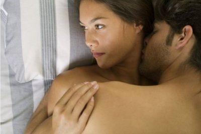 5 mënyra për t'i thënë me lezet partnerit që s'po ju kënaq në shtrat
