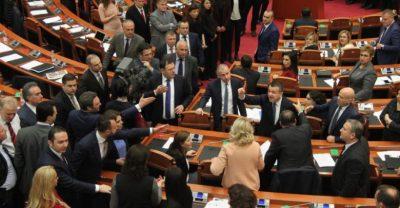 """""""Këto gjeji tek më të bukurit që q*inë"""", skandal seksual mes 2 politikanëve në Kuvendin e Shqipërisë"""