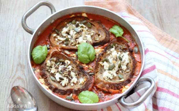 Supë domatesh me bukë të thekërisur dhe djathë të shkërmoqur