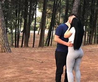 """FOTO/ Rikthehet Ajsi Xhaxhaj, kapet """"mat"""" duke puthur në buzë aktorin e njohur"""