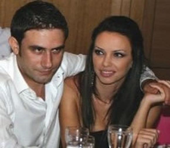 Gjithmonë e ka mbajtur të fshehtë, por ja disa FOTO të rralla të Xhemit me bashkëshortin