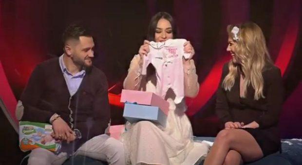 Me rroba bebi në emision, ja çfarë thotë Xhensila për shtatzëninë