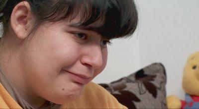Historia që të përlot/ Djali nga Prishtina i bën dhuratën më të bukur vajzës së paralizuar nga Tirana (VIDEO)