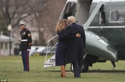 Melania Trump rrëzohet, bashkëshorti i saj e ndihmon (Video)