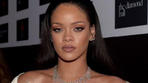 Vëmendje, vajza! Rihanna sapo shpiku mënyrën më të paparë për të veshur një fund xhins