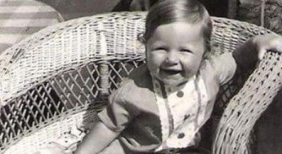 Sytë e qeshur dhe buzëqeshja i ka mbetur po e njëjta, kush është ajo…(FOTO)