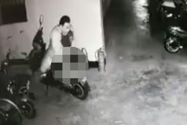 Bie interesimi për femra, ky burrë bënë seks me motoçikletën (Video)