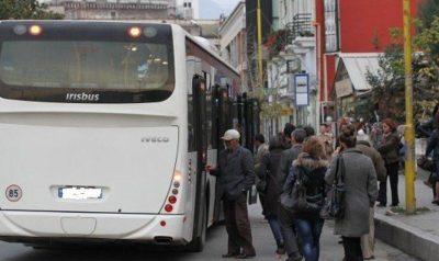 VIDEO/ I hipën autobusit nga Shkodra për në Tiranë, i riu shqyen sytë nga ajo që bën kjo grua