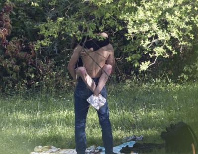 Nuk kontrolluan dot veten, çiftet që kanë dhënë spektakël intim në vende publike (FOTO)
