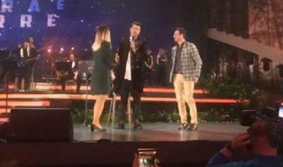 Emocionuese: Djali i propozon të dashurës LIVE në koncertin e Albanit (VIDEO)