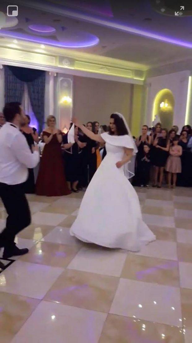 Ministrja shqiptare marton vëllain, fton gjithë qeveritarët… (FOTO)