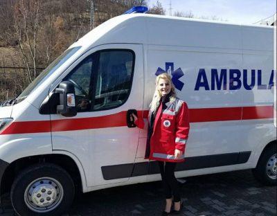 Kush është deputetja shqiptare që nget ambulancën me taka? (FOTO)