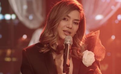 Supriza nga Elvana Gjata/ Çfarë po thur ajo vallë (VIDEO)