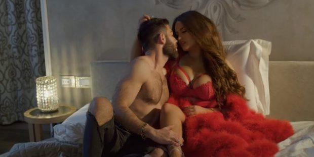 Njihuni me këngëtarët shqiptarë që GUXUAN me skenat e nxehta në klipet e tyre! (VIDEO)