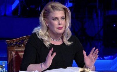 """Eni Çobani NIS PUSHIMET VERORE/ Juristja shfaqet buzë detit e """"mbuluar"""" me një…"""