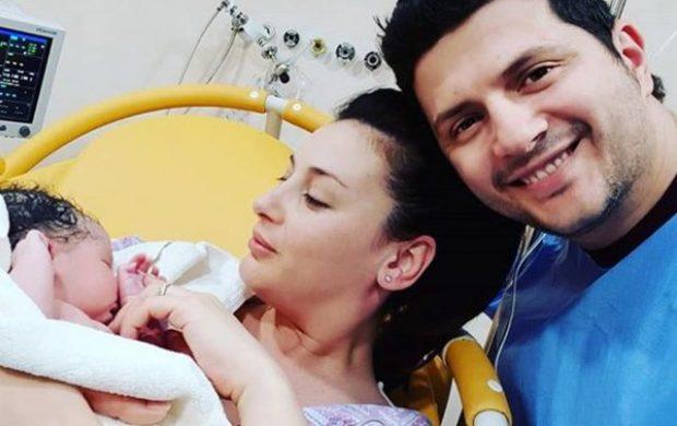 Ermal Mamaqi i emocionuar flet për herë të parë për vajzën që erdhi në jetë