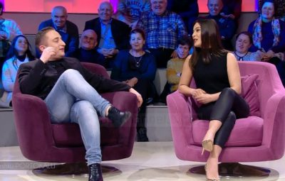 Shokon gazetari i njohur shqiptar: I ulet në prehër të ftuarit në mes të emisionit (FOTO)