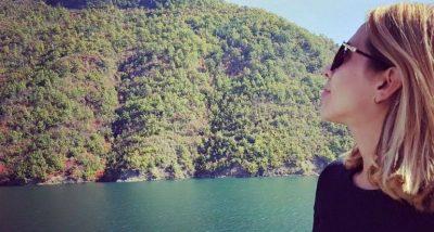 Habit gazetarja shqiptare: E lë partnerin të kënaqet me sy, madje edhe më shumë