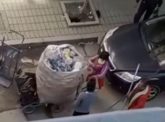 Plas sherri në Durrës, gruaja rreh dashnoren e burrit në mes të rrugës (VIDEO)