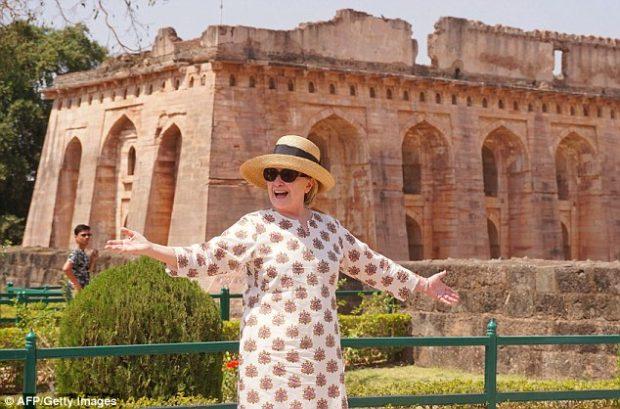 Çfarë po ndodh me Hillary Clinton? Rrëshqet dy herë nga shkallët (VIDEO)