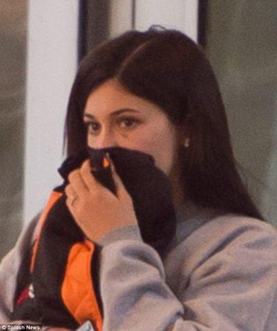 """Kylie Jenner """"shokon"""" fansat: Shfaqet me të dashurin e frikësuar dhe me të nxira në fytyrë (FOTO)"""
