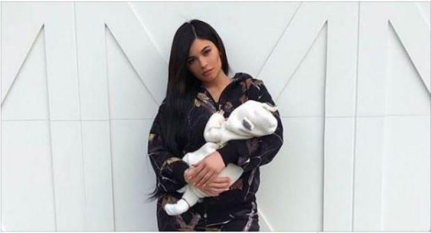 """Kylie Jenner poston foton me vajzën, komentuesit vënë re detajin: """"Iu, ti je ende fëmijë për vete!"""""""