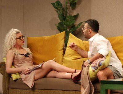 """Laura Nezha dhe Gaz Paja fotografohen në të njëjtin divan, ç'ndodhi në """"Darka e Lamtumirës"""""""