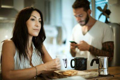 Ndoshta duhet të shqetësoheni kur i dashuri thotë 'jam me çunat': Ç'tregon studimi