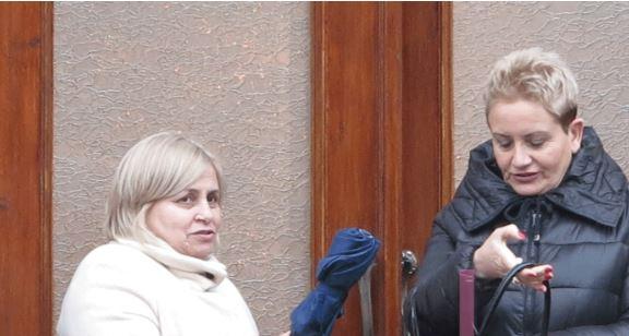 Milva zemërgjerë me kolegen demokrate, i jep çadrën e saj edhe pse bie shi (FOTO)