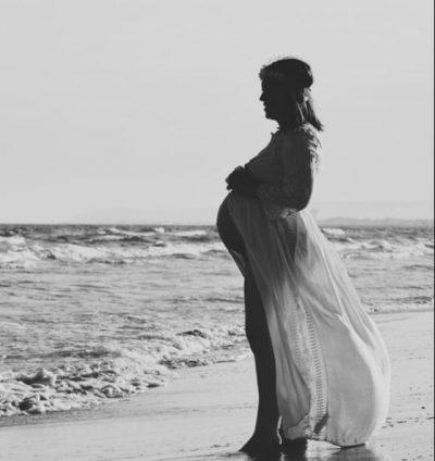 Nëna lindi fëmijën në mes të detit dhe fotot janë mbresëlënëse